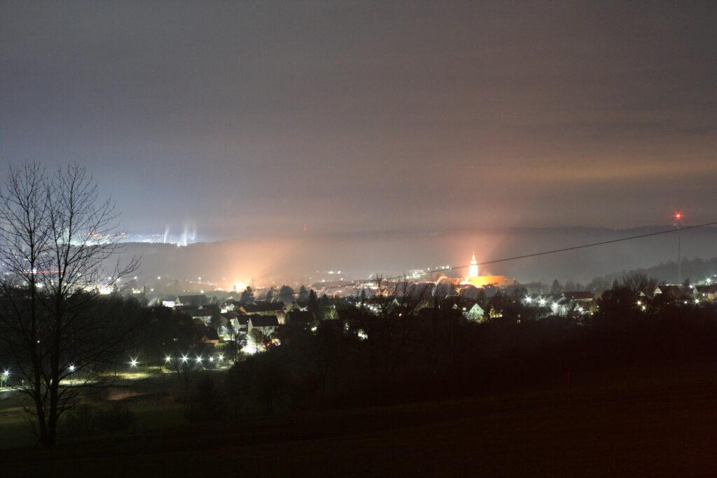 Lichtverschmutzung über Tirschenreuth, dahinter die Ziegler-Group - eine kleine Stadt an Licht für sich!